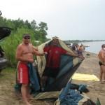 Олег и Ваня ставят палатку